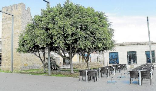 La terraza del negocio del exregidor sigue ubicada sobre el Passeig Pere Ventayol.