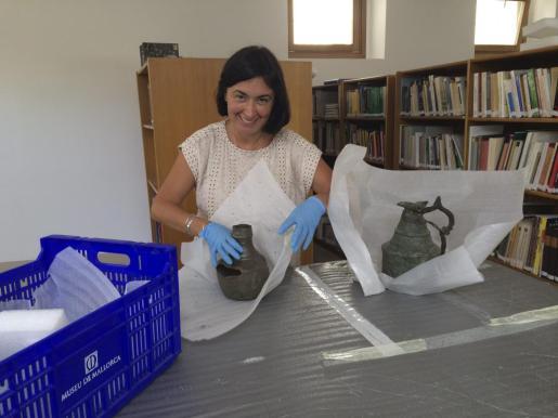 Rosa Aguiló, conservadora del Museu de Mallorca, muestra dos de las jarras bizantinas halladas en el Castell de Santueri.