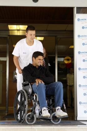 El torero Francisco Rivera en el momento de su salida de la clínica Quiron de Zaragoza.