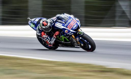Jorge Lorenzo toma una curva duranta la sesión de clasificación.