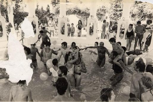La mítica fiesta del agua de Es Paradis es una cita que existe desde hace años.