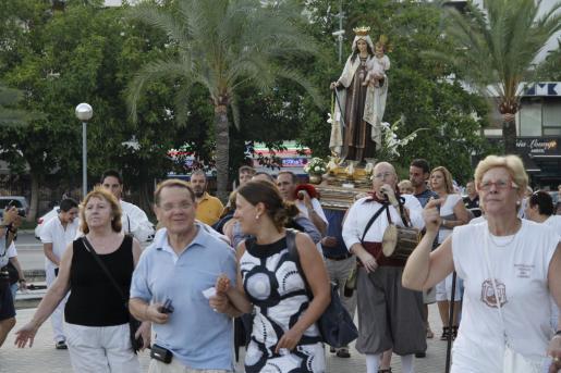 Vecinos y pescadores del palmesano barrio de Santa Catalina acompañaron a la Virgen en procesión por tierra y mar.
