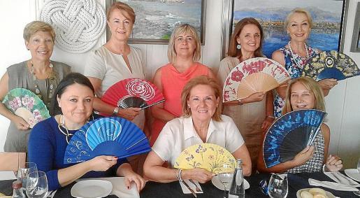 Lola Muñoz, Antonia Sánchez, Cati Gelabert Niell, Carmen Pérez y Concha Gómez. Sentadas: María Ángeles Gutiérrez, Lourdes Vaesken y Águeda Ropero.