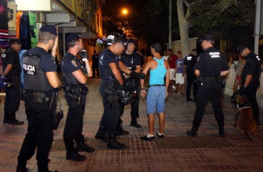 Miembros de la Policía Local durante una intervención en la Platja de Palma contra la 'colla' de trileros conocida como 'Los Bustamantes'.