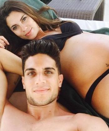 Una de las fotos publicadas en una de las redes sociales del futbolista catalán donde se ve al jugador y a su mujer posando.