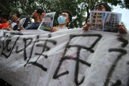 Un grupo de vecinos protesta porque dicen que no tenían conocimiento de ningún almacén de materiales peligrosos a las puertas de sus casas.