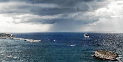 Una gran borrasca acecha Eivissa en una imagen tomada desde Dalt Vila.