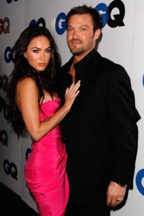 Megan Fox y Brian Austin Green posando.