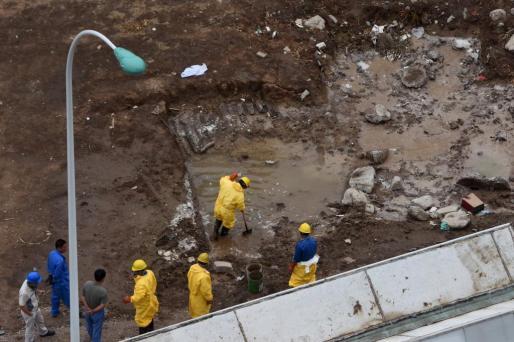 Trabajadores de limpieza en el puerto de Tianjin.