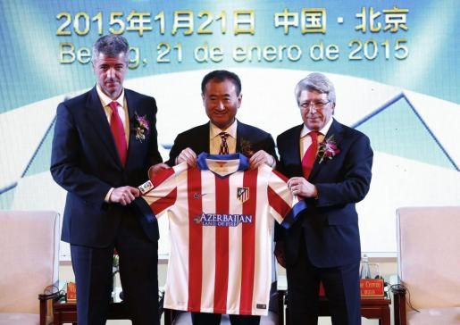 El magnate y propietario del gigantesco conglomerado empresarial Wanda, Wang Jianlin, posa junto al presidente del Atlético de Madrid, Enrique Cerezo, y el consejero delegado del club rojiblanco, Miguel Ángel Gil, tras firmar un acuerdo en Pekín (China).