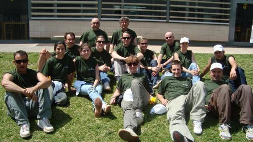 Grupo de trabajadores y educadores que trabajan en el apartado de jardinería.