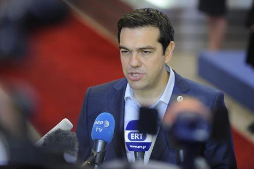 El primer ministro girego, Alexis Tsipras, atiende a los medios de comunicación al término de la cumbre sobre la crisis griega tras alcanzar un acuerdo con la Eurozona en la sede del Consejo Europeo.