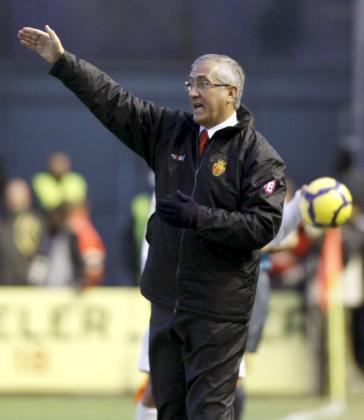 El entrenador del Mallorca, Gregorio Manzano, dando instrucciones durante el encuentro contra el Osasuna el pasado 13 de diciembre.