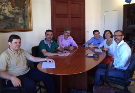 Andreu Castanyer, Jaume Servera, Pep Lluis Colom, Antoni Sansó, Pilar Carbonell y Biel Barceló reunidos en el ajuntament de Sóller.