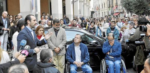 José Ramón Bauzá atiende en noviembre de 2011 a un grupo de discapacitados a las puertas del Parlament. Protestaban por el impago de las ayudas.