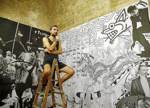 Amadeo Orellana, en una escalera, junto a dos de sus murales.