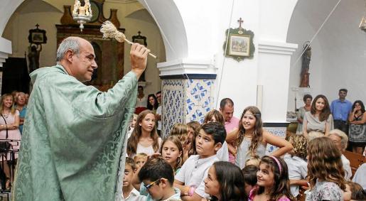 El párroco local bendijo a los niños, los verdaderos protagonistas de la misa, ante la divertida mirada del resto de los feligreses.
