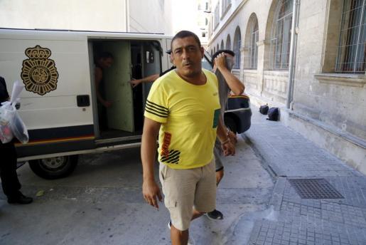 Fernando Bustamante abandona el furgón policial junto a los juzgados.