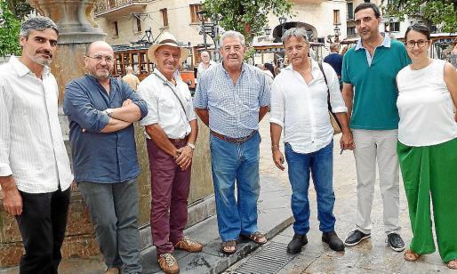 Josep Lluís Colom, Lluís López, Ricardo Sacco, Alejandro Ruesgas, Salvador Martínez, Jaume Servera y Laura Celià. Autoridades locales y grupo organizador al inicio de la Nit de l'Art.