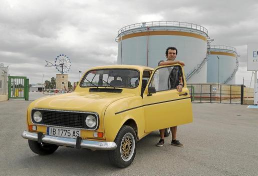 Miguel Ángel Cirer, junto a su Renault 4 que compró a un tío de su padre y que ha restaurado por completo.
