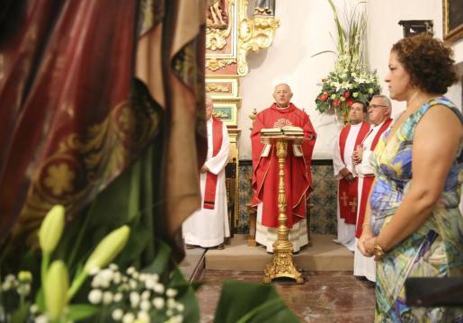 La festividad de Sant Bartomeu comenzó por la tarde con una misa que se celebró en la iglesia antigua de Sant Antoni desde las 19.30 horas. Foto: ARGUIÑE ESCANDÓN