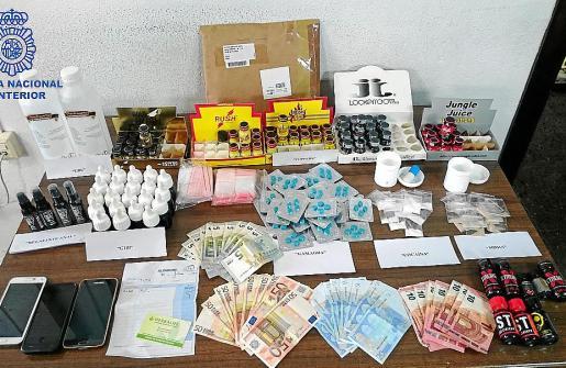 Bodegón policial con todas las drogas y material incautados en la bacanal sexual.