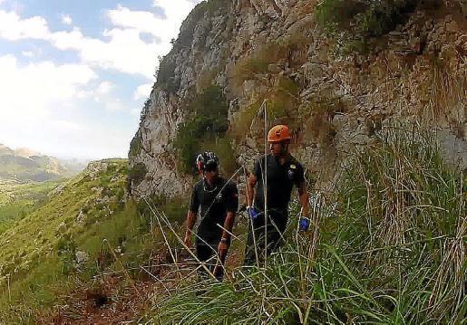 Miembros del Grupo de Rescate en Montaña buscan los restos de Jacqueline localizados durante el fin de semana pasado por un excursionista.
