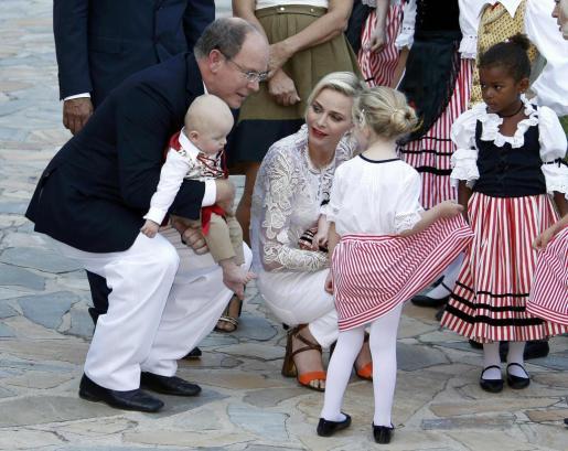 Alberto y Charlene de Mónaco, hablando con niños que participaron en el tradicional Picnic del Principado.