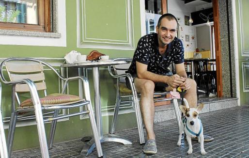 El ilustrador Gerard Armengol, con su perra Laika, fotografiado en Santa Catalina.