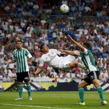 El jugador del Real Madrid James Rodriguez se dispone a marcar de chilena el cuarto gol de los blancos en el triunfo por 5-0 ante el Betis.