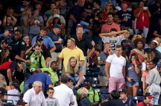 Un hombre ha fallecido este sábado por la noche después de caer desde la cubierta superior del estadio Turner Field de la ciudad estadounidense de Atlanta, en el estado de Georgia, durante un partido de béisbol entre los equipos de Atlanta Braves y New York Yankees.