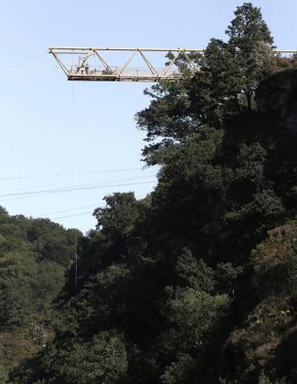 """La Policía Judicial de la Policía foral investiga las causas por las que un hombre de unos 40 años ha muerto en el acto al caer de una atracción, denominada """"péndulo"""", en un parque de aventuras ubicado en el término de Elizondo, en el Valle del Baztán (Navarra)."""