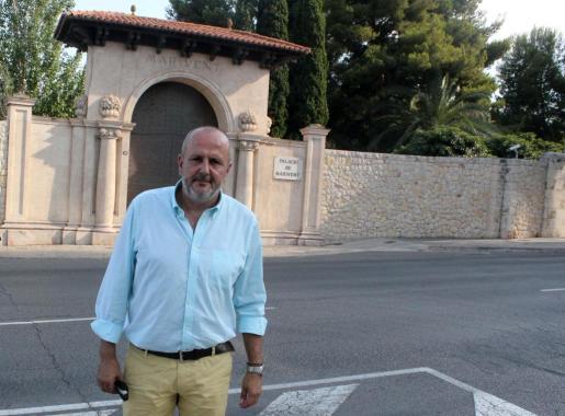 Miquel Ensenyat, president del Consell de Mallorca, posa ante la entrada del Palau de Marivent.
