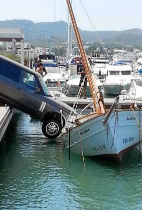 El Range Rover impacto sobre un llaüt de nombre 'Alegria' que resistió el envite.