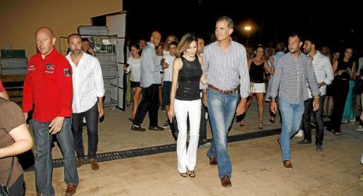 Don Felipe y doña Letizia asistieron la noche de este sábado a las fiestas de la barriada palmesana de Sant Agustí donde se celebró un concierto-cena solidario del cantautor mallorquín y amigo personal de los Reyes, Jaume Anglada, a beneficio de Cáritas y Aspanob.