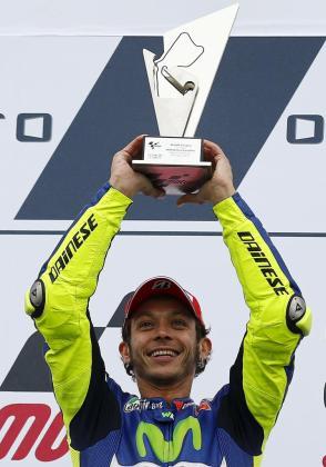 Valentino Rossi levanta el trofeo como ganador del Gran Premio de Gran Bretaña.