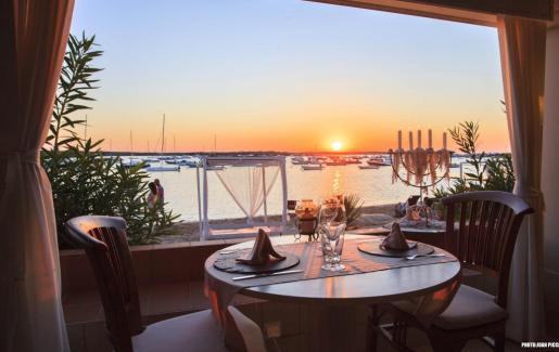 Para iniciar el día con energía para poder disfrutar al máximo de Formentera hay que desayunar bien. En la imagen, el Hostal La Savina, frente a S'Estany des Peix, un lugar muy recomendable.