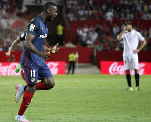 Jackson Martínez celebra su gol, tercero del equipo, ante el Sevilla.