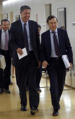 El candidato popular a la presidencia de la Generalitat de Cataluña, Xavier García Albiol (i), acompañado por el portavoz parlamentario del PP, Rafael Hernando (d), antes de la reunión que ha mantenido con el Consejo de Dirección del PP en el Congreso.
