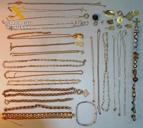 Imagen de parte de las joyas recuperadas tras detener la Guardia Civil al presunto autor de su robo.