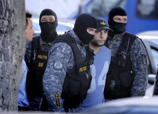 El español Sergio Morate es escoltado por la policía al Alto Tribunal de Casación y Justicia de Rumanía, en Bucarest, este miércoles 2 de septiembre de 2015.