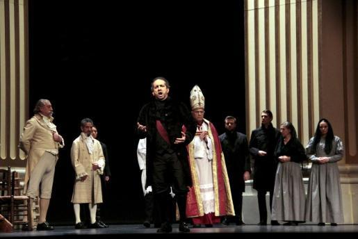En primer término de esta imagen se puede ver a Pablo López, cantando en un título de ópera de la temporada lírica del Principal.