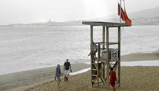 La playa de Can Pere Antoni seguía ayer con bandera roja, para indicar que el baño estaba prohibido; sí hubo personas en la arena.