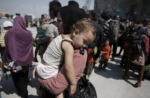 Los refugiados con más suerte esperan a ser trasladados en ferri al puerto del Pireo, cerca de Atenas. Otros se embarcan en condiciones mucho más precarias, exponiendo sus vidas para pisar suelo europeo.