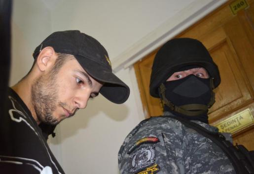 Imagen del principal sospechoso del doble crimen de Cuenca en uno de los traslados en Rumanía.