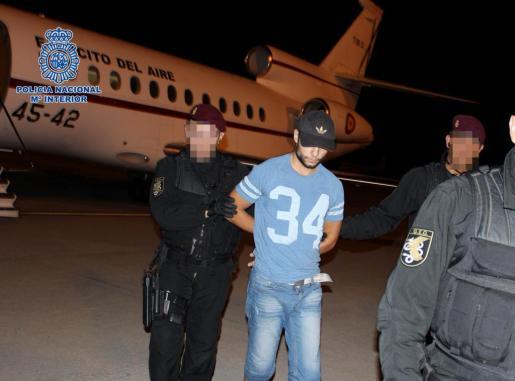 Fotografía facilitada por la Policía Nacional de Sergio Morate a su llegada al aeropuerto madrileño de Torrejón.