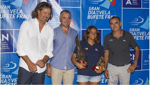 José Frau, Jaume Tomàs, Paula Lissorgues (ganadora de la regata) y Óscar Estellers.