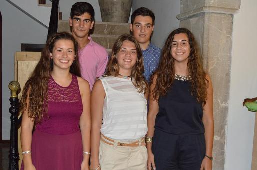 Marina Fernández, Tomeu Moyà, Maria del Mar Pascual, Ignasi Moyà y Maria Francisca Miquel, los nuevos embajadores de Binissalem durante las próximas fiestas.