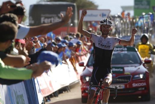 El ciclista luxemburgués del equipo Trek, Frank Schleck, se ha proclamado el vencedor de la décimosexta etapa de la Vuelta Ciclista a España con salida en la villa asturiana de Luarca y llegada en Ermita del Alba (Quirós) con un recirrido de 185 kilómetros.