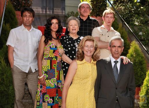 Pilar Punzano, a la izquierda de la imagen, junto al resto de actores de la serie.
